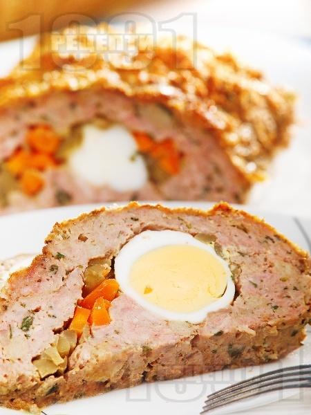 Вкусно руло Стефани от кайма пълнено с варени яйца и моркови и кисели краставички на фурна - класическа рецепта - снимка на рецептата
